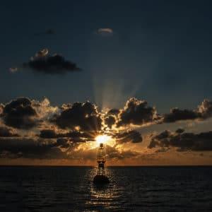 Bouée au coucher de soleil